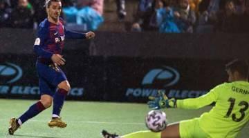 GOL!: Griezmann (kiri) menyaksikan bola rembatannya melepasi penjaga gol Ibiza sebelum menerjah jaring untuk gol kedua Barca pada perlawanan di  Ibiza, Sepanyol kelmarin. — Gambar AFP