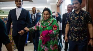 Rosmah(tengah) tiba di Kompleks Mahkamah pagi ini untuk menghadiri prosiding perbicaraan tiga kes rasuah berkaitan projek tenaga solar yang dihadapinya. - Gambar Bernama