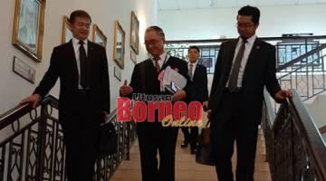 Fong bersama Peguam Negeri Datuk Talat Mahmood Abdul Rashid selesai prosiding di kamar hakim.