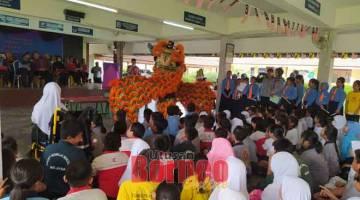 TANDA SINGA:Mandangka tanda singa beserimbai enggau pengerami  Taun Baru China di SK Kuala Baram 2.