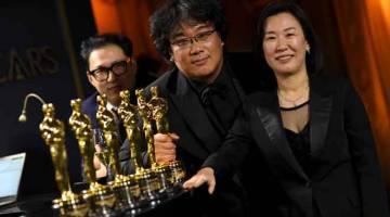 KEJAYAAN BERSAMA: (Dari kiri) penulis skrip lakon layar Korea Selatan Han Jin-won, Bong dan penerbit Kwak Sin-ae bergambar bersama ketika menghadiri Augerah Tahunan Akademi Ke-92 di Hollywood, California baru-baru ini. — Gambar AFP