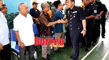 KEMERAH: Zulkipli enggau bala pemesai kanan polis betabi enggau bala ketua raban bansa enggau bansa di Kampung Jepak.