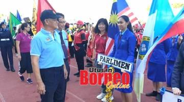 RAMAH MESRA: Goh mengiringi Roland dan melawat kontinjen-kontinjen yang menyertai perbarisan Kejohanan Olahraga SM Stella Maris Tanjung Aru di Stadium Kompleks Sukan Likas, di sini.