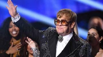 KURANG SIHAT: Elton John melambai peminat ketika konsert 'Elton John: I'm Still Standing - A GRAMMY Salute' di The Theater di Madison Square Garden, New York Januari lalu. Elton John dengan linangan air mata memohon maaf kepada peminatnya kerana terpaksa memendekkan konsert di New Zealand akibat pneumonia, Isnin lepas. — Gambar AFP