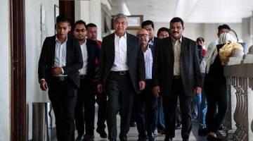 BERI KETERANGAN: Zahid (empat kiri) hadir di Mahkamah Tinggi Kuala Lumpur semalam berhubung 47 pertuduhan dengan 12 daripadanya membabitkan pecah amanah, lapan rasuah dan 27 pengubahan wang haram melibatkan puluhan juta ringgit dana milik Yayasan Akalbudi. — Gambar Bernama