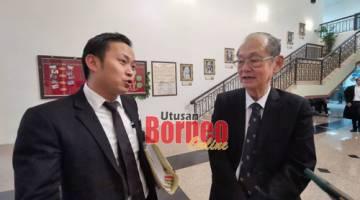 Kong dan Siew Chiang ketika berada di lobi Mahkamah Kuching.
