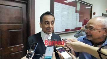 Peguam Petronas Datuk Malik Imtiaz Sarwar bercakap kepada pemberita, hari ini.