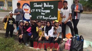 SEDIA BERKHIDMAT: Skuad Khidmat Masyarakat Tingkatan Enam SMK Kubong Limbang yang menyertai aktiviti gotong-royong.