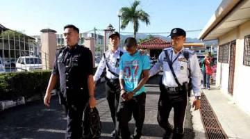 DIBICARAKAN: Y. Vethri (dua kanan) diiringi anggota polis ketika dihadapkan ke Mahkamah Majistret semalam atas empat pertuduhan memandu secara meluru sehingga menyebabkan kematian empat sekeluarga, di KM 37 Jalan Ipoh-Kuala Kangsar, pada Khamis lepas. — Gambar Bernama