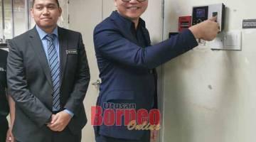 NGERIPOT DIRI GAWA: Wong ngaga simbolik ba hari keterubah nyadi chairman LPKP Sarawak ke baru ba opis LPKP ditu kemari, lalu sama bisi dipeda dia Abang Zulkarnain (kiba).