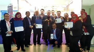 Pasukan JTS dan SMA menunjukkan piala dan  sijil yang dimenangi pada  MTE 2020.