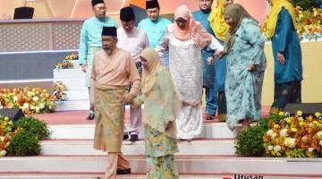 PIMPIN: Tun Juhar memimpin tangan isterinya, Toh Puan Norlidah RM Jasni dan turut diikuti oleh pemimpin-pemimpin Kerajaan Negeri dan Persekutuan yang lain.
