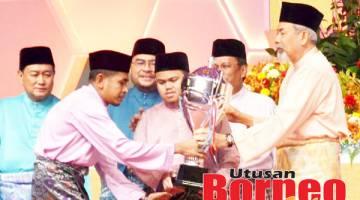JUARA: Barisan juara, Hakim (dari kiri), Qayyim, Azzua dan Aminah menunjukkan trofi yang mereka menangi kepada media.