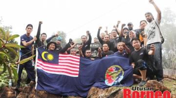 TAWAN: Pasukan yang berjaya menawan Gunung Silam.