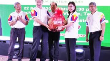 CENDERAHATI: Teresa menerima cenderahati daripada Pengerusi Eksekutif Teck Guan Group Datuk Hong Ngit Ming.