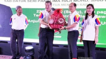 CENDERAHATI: Madius menerima cenderahati daripada Pengerusi Eksekutif Teck Guan Group Datuk Hong Ngit Ming.