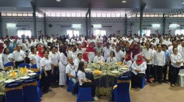 Uggah ditemani isterinya, Datin Amar Doreen Mayang dan tetamu kehormat lain pada Seminar 'Sarawak Kitai Empu' di dewan komuniti di Betong,  hari ini.