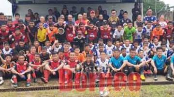 CUNGKIL BAKAT: Abdullah bersama para pemain dan ibu bapa ketika perlawanan bola sepak persahabatan NFPD di Padang C, Sabtu lalu.