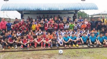Abdullah bersama para pemain dan ibu bapa ketika perlawanan bola sepak persahabatan NFPD di Padang C, Sabtu lalu.