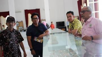 MELAWAT MUZIUM: Datuk Razak, Jaber, Ag Mohd Hafiz RM Mohamed bergambar di Muzium Kota Tarakan.
