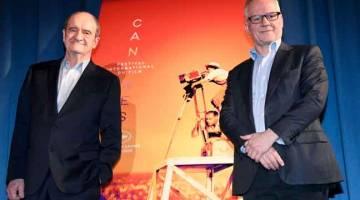 MANGSA TERKINI: Gambar fail bertarikh 18 April 2019 ini menunjukkan Lescure (kiri) dan Thierry Fremaux di hadapan poster rasmi Cannes semasa penyampaian Pilihan Rasmi Festival Filem Cannes ke-72di Paris. Festival filem Cannes tidak akan diadakan pada Mei.  — Gambar AFP