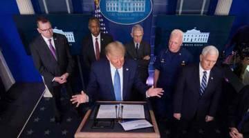 TAKLIMAT: Donald Trump berucap pada taklimat harian mengenai COVID-19, di Rumah Putih, kelmarin di Washington. — Gambar  AFP