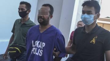 Suspek diiringi polis selepas perintah reman dikeluarkandi Kompleks Mahkamah Kota Bharu hari ini. - Gambar Bernama