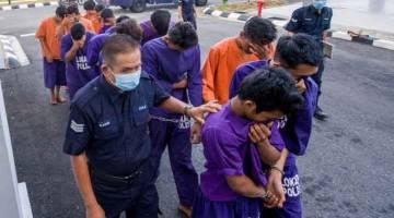 INGKAR: Seramai 14 lelaki berusia antara 17 hingga 40 tahun direman antara tiga dan empat hari bermula semalam hingga Isnin depan selepas gagal mematuhi Perintah Kawalan Pergerakan di Kota Bharu, semalam. — Gambar Bernama