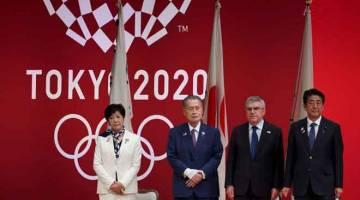 TARIKH BAHARU: Mori (dua kiri) bersama Bach (dua kanan) dan Abe (kanan) ketika menghadiri upacara menandakan satu tahun tempoh bermulanya Sukan Olimpik Tokyo 202 di Tokyo, Jepun dalam gambar fail bertarikh 24 Julai 2019. —Gambar AFP