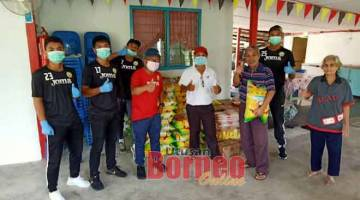 BANTU: Beberapa pemain Sarawak United IV turut membantu mengagihkan barangan keperluan harian kepada keluarga terjejas wabak COVID-19 hasil sumbangan wakil rakyat di Miri.