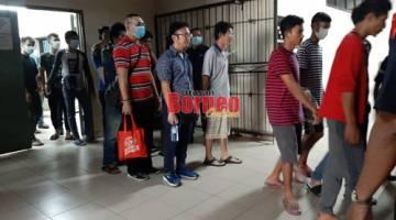 Kesemua yang ingkar PKP menaiki kenderaan untuk dihantar ke Penjara Puncak Borneo.