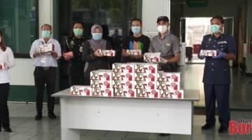 Pihak polis dan pekerja perkhidmatan awam di Pejabat Daerah Limbang bergambar bersama set KFC masing-masing.
