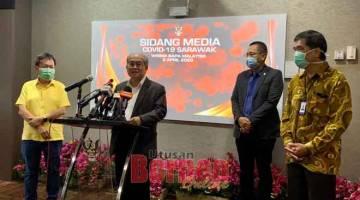 BERITA PEMADU BARU: Uggah ba aum pengarang berita pasal berita pemadu baru bekaul enggau COVID-19 di Sarawak, seraya disempulang Dr Sim (kiba) sereta (ari kanan) Dr Chin enggau Abdullah, kemari.