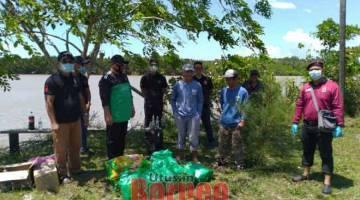 SEGERA: Zulaihi (tiga kiri) bersama sukarelawan yang lain mengumpul seterusnya mengedarkan makan kepada 13 keluarga di Kampung Kuala Suai, Niah.