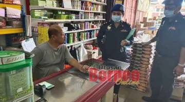 MENCUKUPI: Pegawai KPDNHEP ketika memeriksa bekalan di sebuah gudang pemborong utama di daerah Limbang semalam.