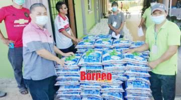 BERAS: Sumbangan ADUN Bingkor kepada penduduk.