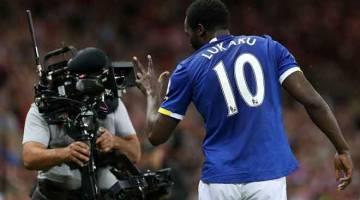 CERIA: Penyerang Everton, Romelu Lukaku meraikan gol jaringannya di hadapan lensa kamera pada aksi Liga Perdana menentang Sunderland di Stadium of Light, Sunderland dalam gambar fail bertarikh 12 September 2016. — Gambar AFP