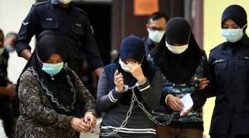 DIDENDA: Mahkamah Majistret di Temerloh, semalam memerintahkan tiga wanita didenda RM80 setiap seorang selepas mengaku bersalah mengeluarkan kata-kata kesat kepada pegawai polis yang menegur perbuatan salah seorang daripada mereka bermain mercun pada minggu lepas. — Gambar Bernama