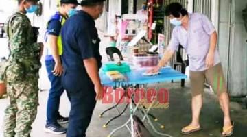 PANTAU: Anggota polis dan tentera semasa membuat operasi pemantauan dan pemeriksaan ke atas sebuah kedai makan di Bintulu. — Gambar ihsan PDRM Bintulu