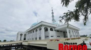 Masjid Terapung, yang terletak di tebing Sungai Sarawak.- Gambar Chimon Upon.