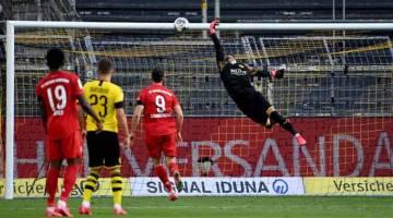PENYUDAH CANTIK: Buerki (kanan) gagal menepis bola rembatan Kimmich (gambar sisipan) daripada menerjah jaring  ketika beraksi pada perlawanan Bundesliga di Dortmund, Jerman kelmarin. — Gambar AFP