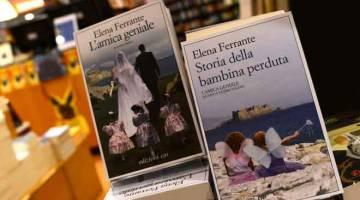TULAR: Gambar fail yang diambil pada 4 Oktober 2016 ini menunjukkan buku oleh penulis Itali Elena Ferrante di sebuah kedai buku di Rom. Barisan panjang terbentuk di luar kedai buku Perancis pada Selasa lepas apabila peminat Ferrante berpusu-pusu untuk mendapatkan naskhah bagi buku baharunya yang mendapat pujian 'The Lying Life of Adults'. — Gambar AFP