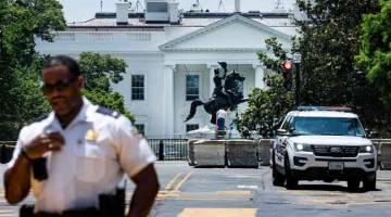 DIDAKWA: Gambar fail 23 Jun menunjukkan patung Jackson diperiksa selepas penunjuk perasaan cuba menumbangkannya di Taman Lafayette, Washington DC.  — Gambar AFP
