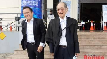 Kong dan Siew Chiang ketika berada di Kompleks Mahkamah Kuching hari ini.