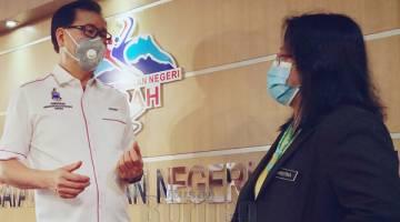BINCANG: Frankie berbincang dengan Pengarah Kesihatan Negeri Sabah Dr Christina Rundi berhubung status terkini kes kolera di Sabah semasa bertemu di Pejabat Jabatan Kesihatan Negeri Sabah.
