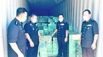 RAMPAS: Salah satu kontena mengandungi sejumlah minuman keras yang dirampas dalam beberapa serbuan penghujung Jun.