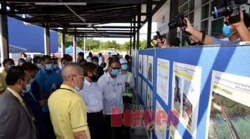 AMBIL TAHU: Abang Johari (tengah) meninjau perkembangan projek Jambatan Kuala Kemena-Jepak. Turut kelihatan Julaihi (kanan), menteri-menteri kabinet negeri, pihak JKR dan pemaju di kawasan tapak projek semalam.