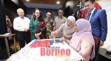 UNIK: Nancy (dua kanan) melihat bagaimana kain keringkam dihasilkan semasa mengadakan lawatan ke Galeri Songket dan          Keringkam Sarawak semalam. Turut kelihatan Ting (kiri), Sabariah (dua kiri) dan Abdul Karim (empat kiri). — Gambar Chimon Upon