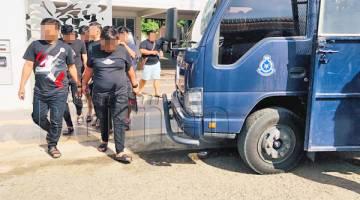TAHAN: Kesemua suspek berjaya ditahan oleh sepasukan polis dalam serbuan itu.