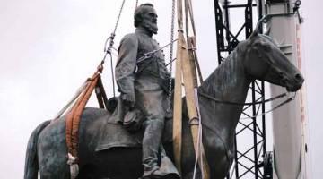 ALIH: Patung jeneral Konfederat, Thomas 'Stonewall' Jackson, dialihkan dengan kren di Richmond Virginia pada Rabu lepas. — Gambar AFP